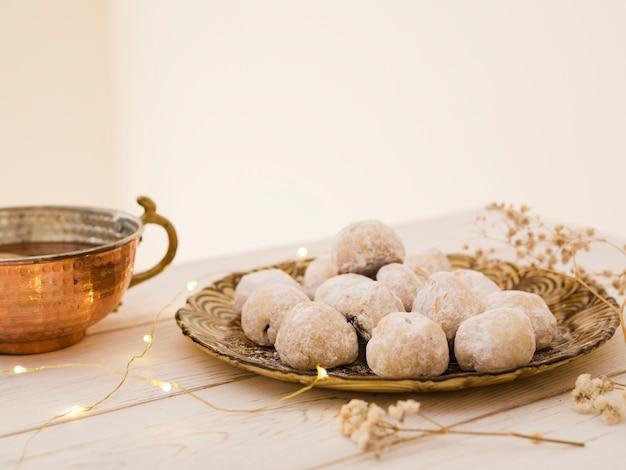 Pastelaria com chávena de chá na mesa