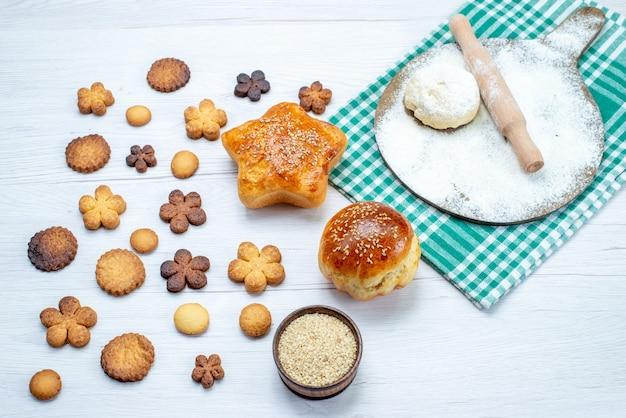 Pastelaria deliciosa com biscoitos e massa crua na mesa leve, bolo de biscoito biscoito doce açúcar