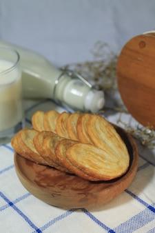 Pastelaria deliciosa em prato de madeira