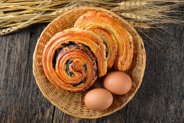 Pastelaria dinamarquesa caseira na cesta. careca. mesa de madeira.