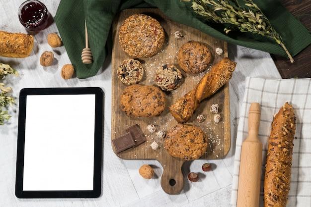 Pastelaria doce caseira fresca com tablet