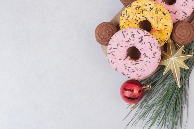 Pastelaria doce de natal com bolas na mesa branca.