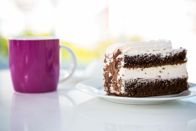 Pastelaria e bebida em uma mesa
