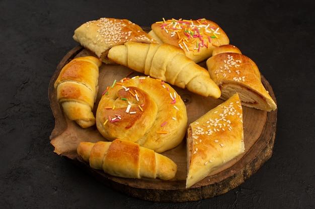 Pastelaria e croissants de vista superior gostoso delicioso no chão escuro