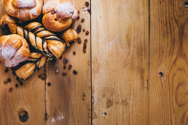 Pastelaria em fundo de madeira