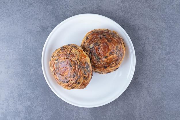Pastelaria fresca gogal num prato, no mármore.