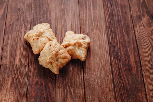 Pastelaria fresca numa superfície de madeira