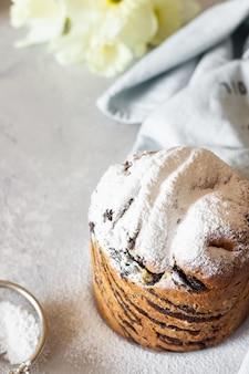 Pastelaria moderna baunilha e chocolate cruffin com uma xícara de café.