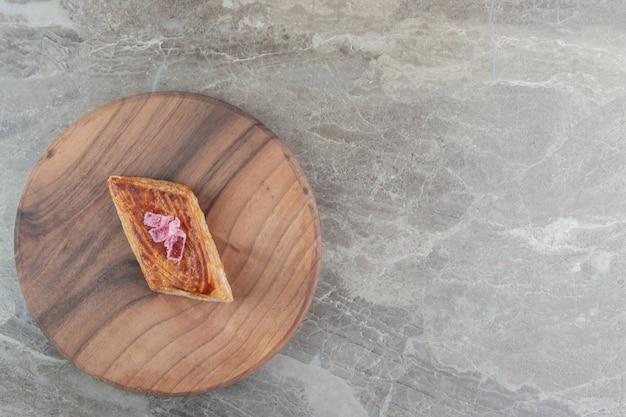 Pastelaria saborosa caseira em tábua de madeira