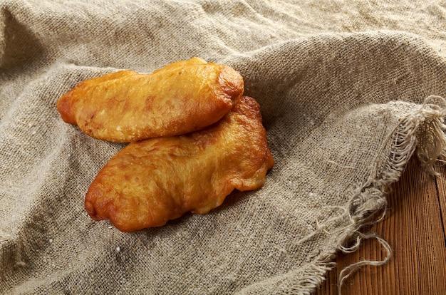 Pastelaria tradicional de carne chebureki assada