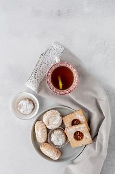 Pastelaria tradicional recém-assados com chá