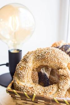 Pastelaria turca tradicional - pães em forma de anéis bagels trançados