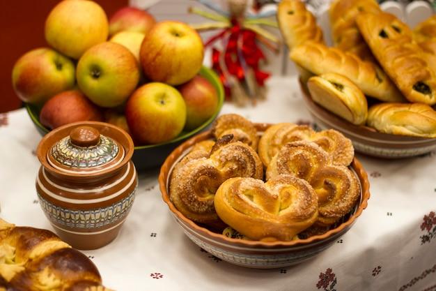 Pastelarias frescas caseiros deliciosas em tigelas de mesa