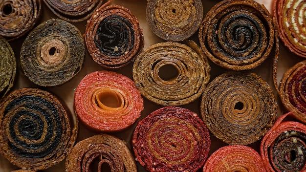 Pastilha de frutas em purê doce. roll-ups de frutas caseiros. doces naturais de frutas e bagas secas.