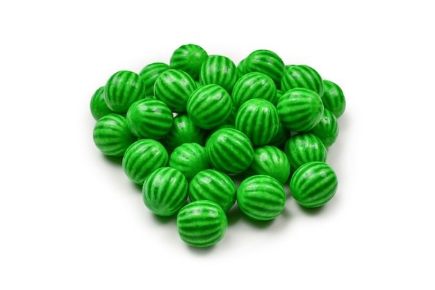 Pastilha elástica verde isolada na parede branca.