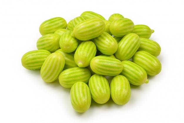 Pastilha elástica verde isolada no fundo branco.