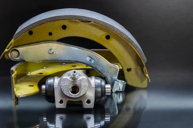 Pastilhas de freio a tambor em um fundo branco isolado. reparação do sistema de freio do carro.