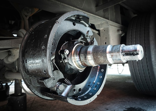 Pastilhas de freio do reboque do caminhão. manutenção de caminhões.