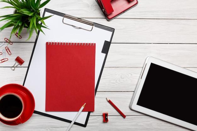 Pastilhas de mesa branca pasta vermelha notepad copo manhã café relógio clipe de papel preparação de fluxo de trabalho