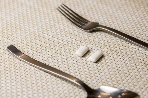 Pastilhas elásticas depois de comer para proteger os dentes da cárie dentária ou da placa bacteriana