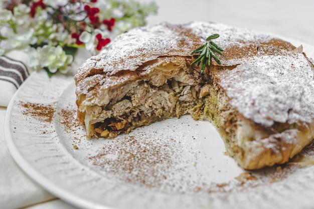 Pastilla marroquina tradicional caseira ou bastilla de frango. comida halal. conceito de cozinha árabe
