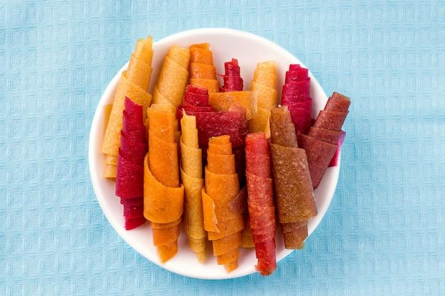 Pastilla, rolos de frutas sem açúcar no pano azul