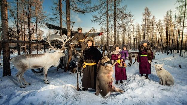 Pastores de renas acampam no fundo perto da fronteira com a rússia em taiga, mongólia