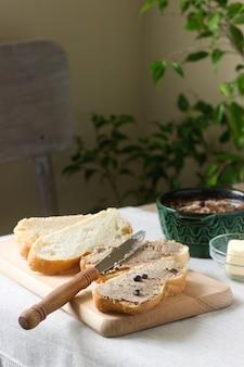 Patê de fígado caseiro com pão e manteiga. estilo rústico.