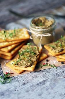 Patê de fígado caseiro. delicioso patê caseiro com especiarias e ervas. keto dieta. comida saudável. foco seletivo.
