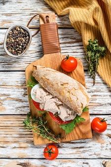 Patê de fígado de frango caseiro com ervas no pão de ciabatta, sanduíche