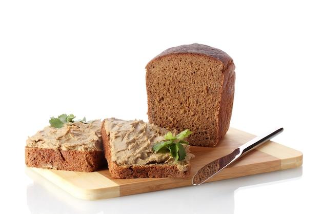 Patê de pão fresco na placa de madeira isolado no branco