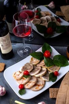 Patê, juntamente com vermelho tomate cereja vinho tinto saboroso patê dentro de chapa branca
