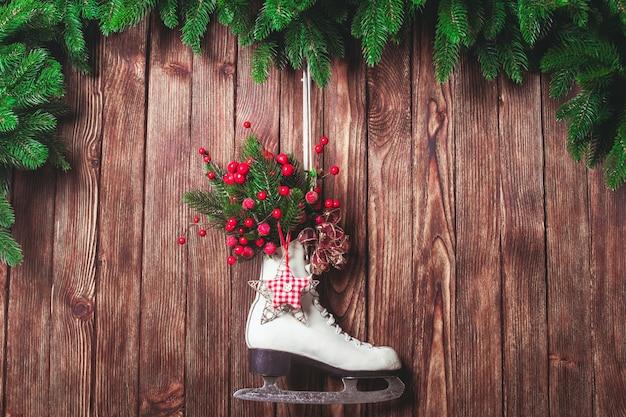 Patim decorado de natal na parede de madeira