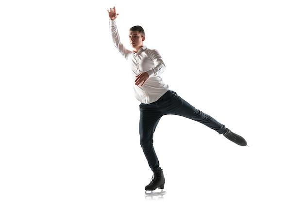 Patinação artística do homem isolada. prática profissional e treinamento em ação e movimento no gelo. gracioso e sem peso. conceito de movimento, esporte, beleza.