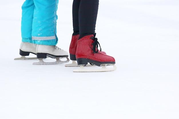 Patinação de duas garotas na pista de gelo