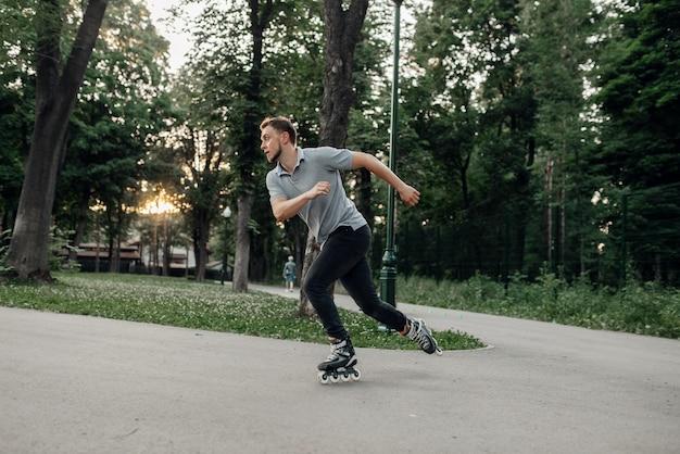 Patinação, patinador masculino rolando em ação. patinação urbana, esportes radicais ativos ao ar livre, lazer juvenil, patinação