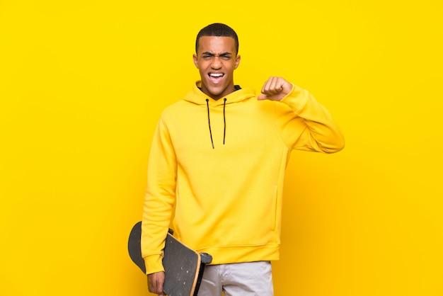 Patinador americano africano homem orgulhoso e auto-satisfeito