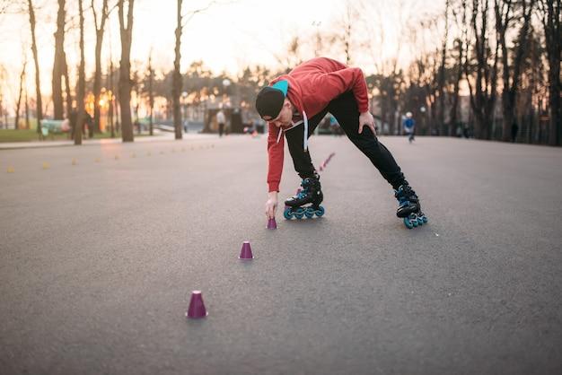 Patinador em patins, exercício de equilíbrio