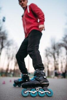 Patinador masculino em patins, vista inferior. patinador masculino, esporte radical