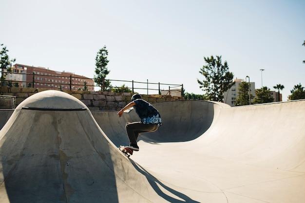 Patinador qualificado no skatepark