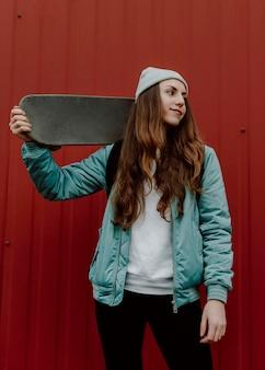 Patinadora ao ar livre e seu skate
