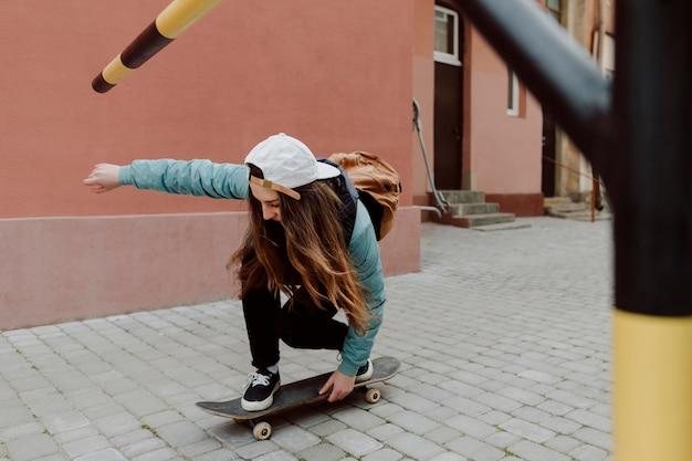Patinadora fofa e seu skate