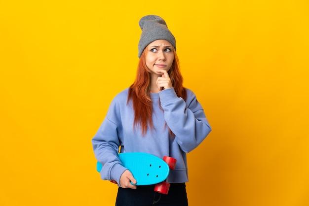 Patinadora russa adolescente em amarelo, tendo dúvidas e pensando