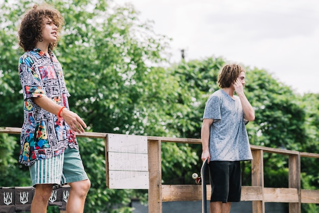 Patinadores em pé na rampa juntos
