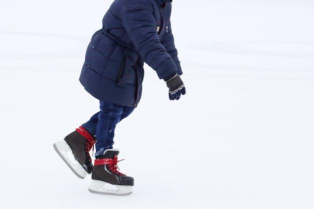 Patinando em uma tigela adolescente no rinque de patinação