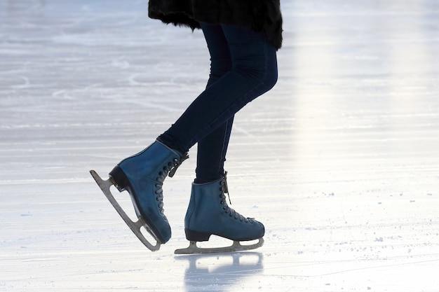 Patinando na pista de gelo