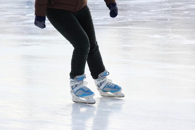 Patinando no gelo a pé na pista de gelo