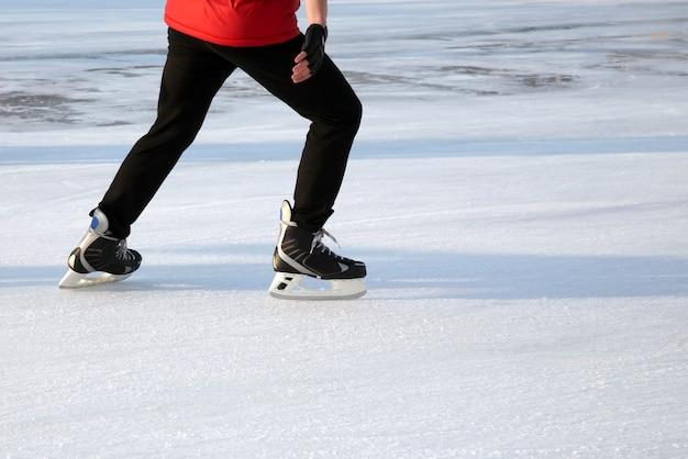 Patinando no gelo com tempo ensolarado