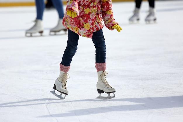 Patinando pés patinando na pista de gelo