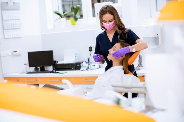 Patinet feminino jovem no exame oral no consultório do dentista